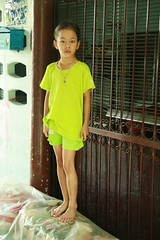 preteen girl in a doorway (the foreign photographer - ฝรั่งถ่) Tags: preteen girl doorway khlong thanon portraits bangkhen bangkok thailand canon