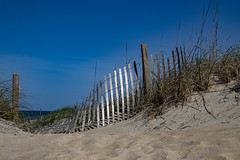 Beach at Nags Head, NC (bhermann.hamburg) Tags: beach nagshead nc fence broken sand sky strand zaun himmel blau kaputt