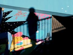 Bubbles (Guido Klumpe) Tags: candid street streetphotographer streetphotography strase hannover hanover germany deutschland city stadt streetphotographde unposed streetshot gebäude architecture architektur building perspektive perspective kontrast contrast gegenlicht shadow schatten silhouette color farbe minimal minimalism minimalistisch simple reduced