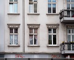 20190516-023 (sulamith.sallmann) Tags: architektur altbau bauwerk berlin deutschland europa fenster gebäude haus hauswand mitte schulstrase wand wedding wohnen wohnhaus sulamithsallmann