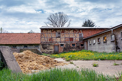 Dorfidylle  (2) (berndtolksdorf1) Tags: deutschland thüringen dorf bauernhof misthaufen gebäude outdoor