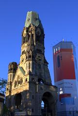 HUAWEI überwacht jetzt sogar die Gedächtniskirche (Weltbürgerin) Tags: europe europa germany deutschland berlin gebäude architektur wahrzeichen kirche