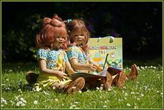 🌼💚🌼 Lesestunde mit Sanrike und Anne-Moni 🌼💚🌼 (Kindergartenkinder 2018) Tags: gruga park essen frühling annemoni milina sanrike tivi blumen gänseblümchen kindergartenkinder
