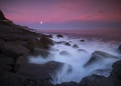 0356 (ManuMatas) Tags: getaria basquecountry gipuzkoa moon luna amancer sunrise sea itsasoa mar manumatas manuelmatas sigma canon 7dmarkii 7dmark2