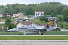 Boeing F/A-18 Hornet J-5011 Swiss Airforce Payerne Airbase Switzerland 2019 (roli_b) Tags: boeing fa18 fa 18 j5011 swiss airforce hornet schweizer luftwaffe switzerland schweiz suisse suiza svizzera staffel 11 staffel11 tiger payerne airbase flugzplatz landung landing 2019 aircraft airplane jet flugzeug flieger avion aviation aereo aviacao mcdonnel
