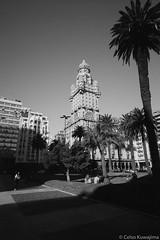 Plaza Independencia, Montevideo (Celso Kuwajima) Tags: epsonv800 silverfastai 20190548 building ilfordpanfplus50 architecture leicasuperangulon13421mm analogphotography outdoor bw leicamp montevideo montevideodepartment uruguay streetphotography