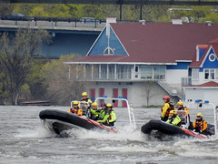 Ottawa Fire Services' water rescue crew practicing on the flooded, raging Ottawa River in Ottawa, Ontario (Ullysses) Tags: ottawafireservices servicedesincendiesd'ottawa waterrescuecrews firefighters pompiers waterrescue practice training ofs ottawariver rivièredesoutaouais ottawariverfloodof2019