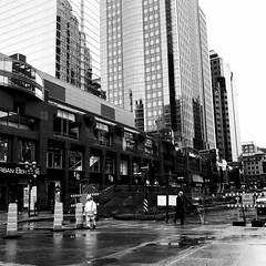 Encore un peu tôt pour le début des travaux... (woltarise) Tags: travailleurs iphone7 streetwise 7h30am travaux centreville montréal downtown rue mcgillcollege