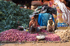 Vegetable Sellers, Bangalore (Geraint Rowland Photography) Tags: potatoes vegetables market flowermarket fruitandvegetables vegetablesellers bangalore wwwgeraintrowlandcouk bengaluru onions garlic candidportraits candid streetphotography streetportraits india travel indianpeople