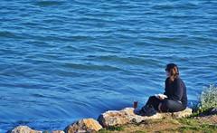 Benestar. (josepponsibusquet.) Tags: elsgriells griells lestartit estartit mar mediterrani mediterrànea mediterraneo blau relax lectura tranquilitat plaer costabrava baixempordà catalunya catalonia cataluña robat nikon nikond5100 benestar bienestar vida platja playa