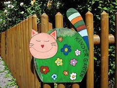 Willkommen im Kindergarten! (Hannelore_B) Tags: katze cat zaun fence fancyfence smileonsaturday