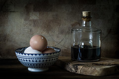 Eggs and vinegar (Rense Haveman) Tags: pentaxkp rensehaveman smcpentaxa50mmf17 bowl eggs handheld kitchen stilllife stilleven vinegar wood