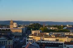 Blick über die Dächer (KaAuenwasser) Tags: blick sehen dächer gebäudehäuser strasen wege menschen autos baum bäume zoo kirchen türme berge landschaft stadt sonnenaufgang morgen licht