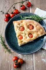 Focaccia (Arnø N°XX) Tags: fougasse tomate cerise pomodori romarin olive oil huile food cuisine nourriture rosemary italia italie méditerrannée vegan veggie