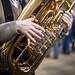 Nahaufnahme einer Tuba in den Händen eines Musikers
