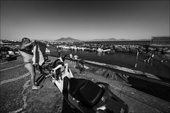 Napoli, la plage citadine et le Vesuve - the city beach and the Vesuvius (Didier Preau) Tags: italie naples people scènederue scènedevie streetphotographie streetphotography ville