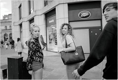 Hey You !! (Steve Lundqvist) Tags: english london londra inghilterra england uk britain british street streetphotography fashion moda mood attractive location people young cute shooting portrait ritratto frame pose posed leica q family photographique