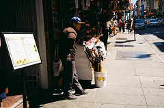Waiting. (bingley0522) Tags: contaxiia carlzeissbiogon35mmf28 kodakcolorplus200 grantave chinatown autaut