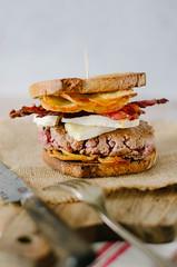 burger tartiflette (zesttangerine) Tags: burger tartiflette reblochon formage boeuf lard oignon recette