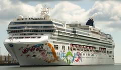 Norwegian Pearl (Longreach - Jonathan McDonnell) Tags: dublinport ship cruiseliner ncl norwegian norwegiancruiselines norwegianpearl cruise dsc9205
