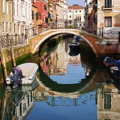 Ponte del Cristo (Joe Shlabotnik) Tags: italia venice 2019 instagram reflection april2019 galaxys9 italy bridge canal arch cameraphone venezia