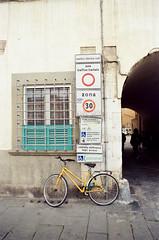 Somewhere in Pisa (dvd.otero) Tags: analog film kodak vision vision3 250d olympus om10 bike italy tuscany sign