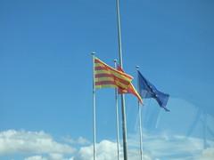 Barcelona Airport - Catalan, Spanish and EU flags (ell brown) Tags: barcelona catalonia catalunya spain españa barcelona–elpratjoseptarradellasairport barcelonaairport barcelonaelpratairport bcn aena aeropuertodebarcelona terminal2b coach flag flags catalanflag cataloniaflag spainflag spanishflag euflag europeanunionflag