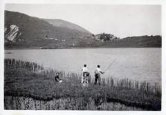 Partie de pêche (Cletus Awreetus) Tags: photographie photoancienne homme femme lac montagne paysage pêche