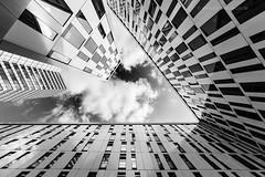 HAMBURG (Kai-Uwe Klauss) Tags: hamburg modernearchitektur nachoben sky schwarzweis sw architektur architectural hochhäuser
