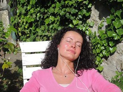 Bain de soleil (andrébordas) Tags: portrait femme woman feuillage nature végétation