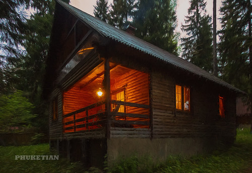 Wooden house in the forest, Russia ©  Phuketian.S