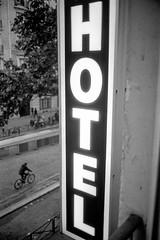 L2991233 (RG-Photographie) Tags: 35mm 400tx analog argentique film iso400 kingofbokeh kob kodak leica leicam2 paris summicron summicron35mm trix hotel streetphotography