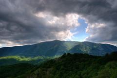 Χαραμάδα φωτός στον συννεφιασμένο ουρανό πάνω από την κορυφή του Αχλαδόβουνου (Τσαλ) (ritvank) Tags: χαραμάδαφωτόσ ουρανόσ σύννεφα βουνό τοπίο ύπαιθροσ creviceoflight sky clouds mountain outdoor landscape čal τσαλ συννεφιασμένοσουρανόσ cloudysky mountainousxanthi ορεινήξάνθη ροδόπη rhodopes αχλαδόβουνο achladovouno green forest πράσινο δάσοσ