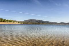 Sobrevolando el islote (lebeauserge.es) Tags: cerveradebuitrago madrid españa atazar naturaleza lago agua cielo nubes