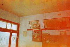 (埃德溫 ourutopia) Tags: film maco tcs eagle 400 macotcseagle macotcseagle400 yashica t2 t3 t4 t5 expiredfilm filmphotography analog analogphotography house room diningroom clock door フィルム