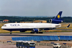 PP-VQK, McDonnell Douglas MD-11 of Varig Brasil at Frankfurt (Freek Blokzijl) Tags: varig md11 trijet widebody frankfurt eddf fra rheinmain flughafen rollfeld tarmac mcdonnell douglas arrival taxien taxiway predigital history brasil planespotting zuschauerterasse 2000 hochsommer classic minolta dynax vliegtuigspotten