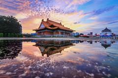 中正紀念堂 日出倒影 (Estrella Chuang 心星) Tags: 中正紀念堂 自由廣場 二廳院 倒影 日出 雲 天空 心星 estrella sky clouds 水 water reflection