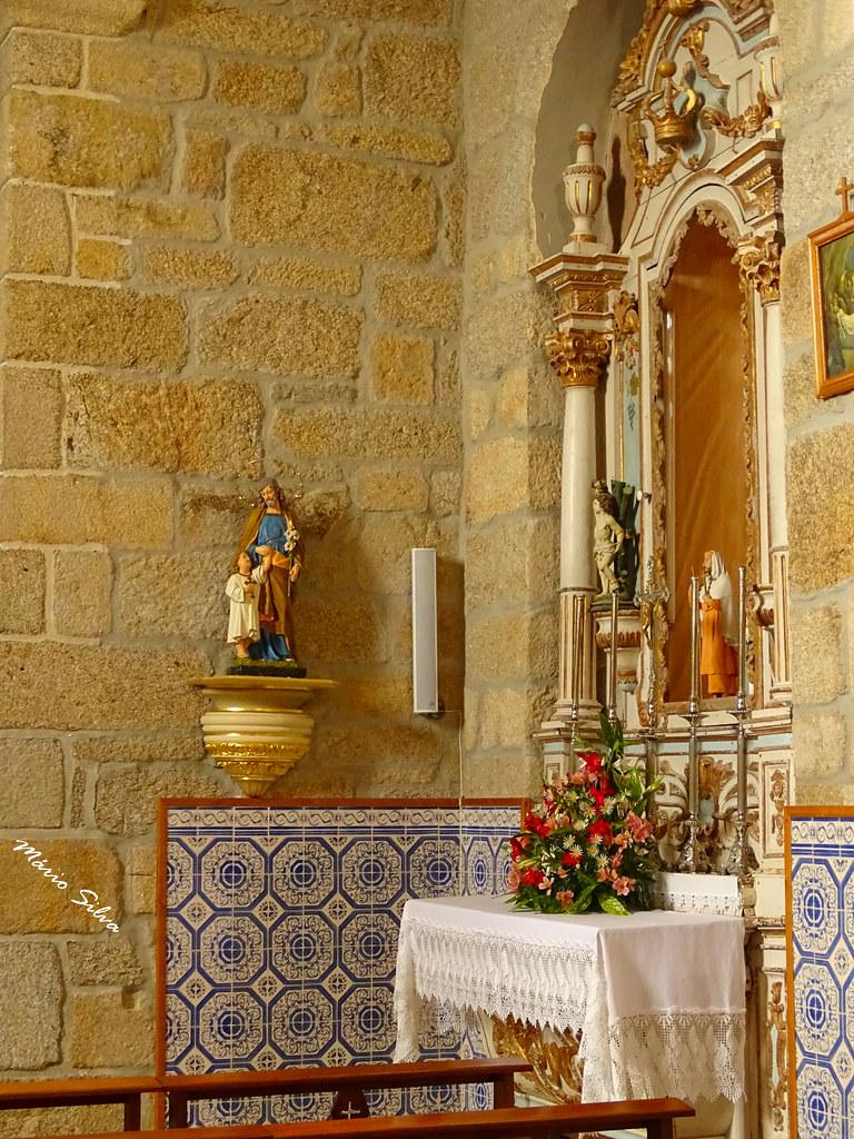 Águas Frias (Chaves) - ... pormenor de um altar lateral e a imagem de S.José e o Menino Jesus ...