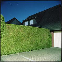 Angst (Konrad Winkler) Tags: harenberg provinz dorf haus hecke einfahrt nacht langzeitbelichtung sterne kodakportra160 hasselblad503cx mittelformat 6x6 epsonv800
