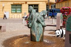 #goodpandacontest (zimmermann8821) Tags: hansestadtkyritz landkreisostprignitzruppin deutschland brandenburg prignitz marktplatz preusen preussen pkw strasenpflaster bronzeskulptur wasserspiel brunnen altstadt wasserkunst blumen goodpandacontest