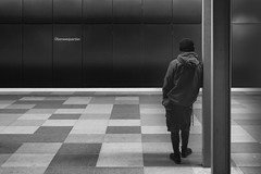Angelehnt.jpg (Deinert-Photography) Tags: streetfotografie deutschland ubahn street schwarzweis blackwhite schwarzweiss fujifilmxt3 fujifilm23mmf14 hamburg citylife fuji sbahn streetart streetphoto streetphotography ubanphotography urban xt3