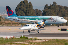 """Brussels Airlines A320-214 OO-SNE """"Bruegel"""" livery & Arcus Executive Aviation EMB-500 Phenom 100 D-IAAY (José M. Deza) Tags: 20190522 a320214 airbus arcusexecutiveaviation bcn brusselsairlines diaay emb500phenom100 elprat embraer lebl oosne planespotting spotter aircraft"""