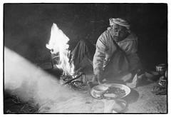 83204_10 High Atlas, Morocco, 1983 (Wolfgang_Kraus) Tags: morocco maroc marokko highatlas berbers imazighen food fire ethnography analog film pentax mx smcpentaxm50mmf14 ilford hp5 microphen monochrome schneiderkreuznach adapted 11 xenon zirconia k1 dslrscanning linescan industriallens push piplkan