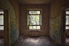 cosy room with a view (robert.freitag) Tags: nikon nikond7200 tokina abandoned decay rotten lostplaces window fenster room raum light licht