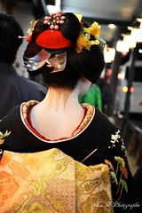 Geisha de dos (arrif-mehdi) Tags: kawai maiko geishaa culture japonaise japon nippon japanese japan kyoto gion art artiste kimono amazing beautiful awesome merveille beauté beauty people girl meh photographie de dos street night colors make up maquillage humain life