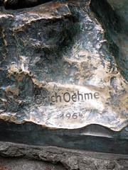 Erich Oehme, 1964 / 20.05.2019 (ben.kaden) Tags: berlin lichtenberg friedrichsfelde tierparkfriedrichsfelde erichoehme 1964 säbelzahntiger kunstderddr bildhauereiderddr bronzeplastik signatur 2019 20052019