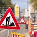 Verkehrszeichen warnt vor Straßensperre aufgrund von Bauarbeiten
