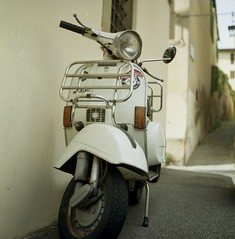 Immagine italiana (michele.palombi) Tags: vespa arezzo tuscany rolleicord 120mm kodak ektar100 colortec c41 negativo colore
