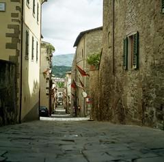 Strade di Arezzo (michele.palombi) Tags: arezzo tuscany analogic film 120mm kodak ektar100 colortec c41 negativo colore