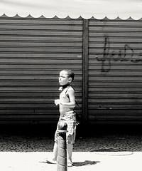 vem cá menino! (lucia yunes) Tags: people streetphoto streetshot streetscene streetlife lifeinstreet life children criança menino rua cenaderua fotografia fotografiaurbana fotoderua fotourbana luciayunes mobilephotography mobilephoto motoz3play